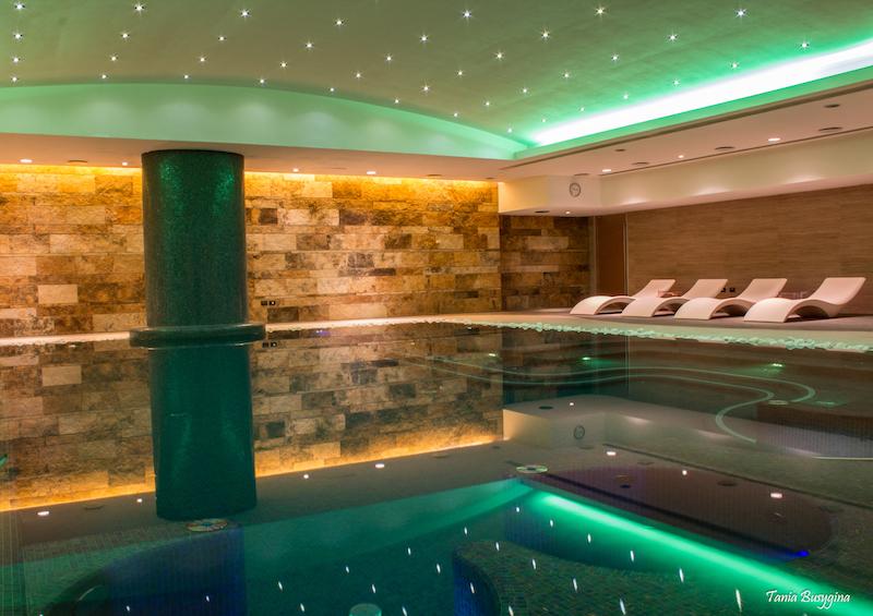 Binnenzwembad van Hotel T op Sardinië