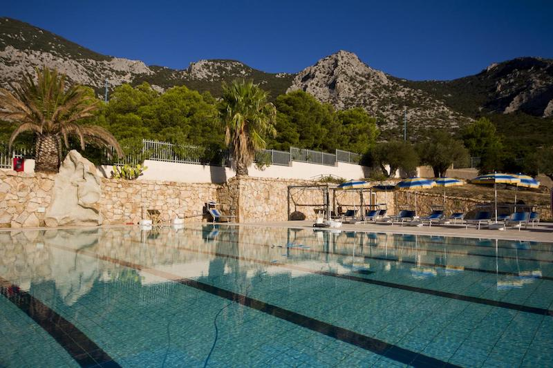 Buitenzwembad van Hotel Brancamaria op Sardinië